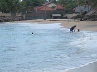 Wisatawan pun tampak asyik bermain di pantai. Ada beberapa alat permainan air yang bisa disewa di sana, salah satunya body surf (Shafa/detikTravel)