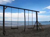 Ada juga ayunan yang terbuat dari kayu. Jangan salah, ayunan ini masih bisa digunakan dan tentu sangat asyik bermain ayunan sambil diterpa angin pantai (Shafa/detikTravel)