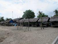 Banyak saung dari bambu yang berderet di tepian pantainya. Saat akhir pekan, saung-saung ini biasanya terisi penuh oleh para wisatawan. Mereka menyewa dari pengelola setempat (Shafa/detikTravel)