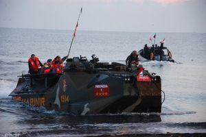 TNI Unjuk Kebolehan Berperang di Depan SBY dalam Latgab di Situbondo