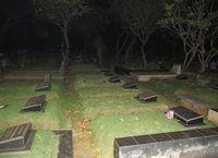 Kuburan Jeruk Purut memiliki banyak lampu penerang. Meski demikian, kesan angker dan seram begitu terasa saat Anda berwisata horor ke kuburan yang berada di Jakarta Selatan ini (Afif/detikTravel)