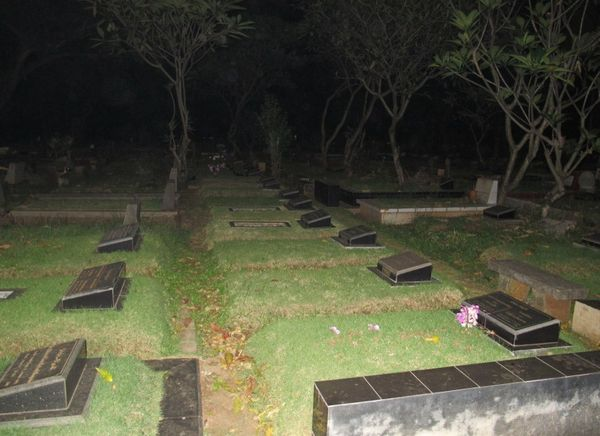 Seramnya Kuburan Jeruk Purut di Malam Hari