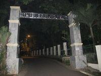 Inilah pintu masuk Taman Pemakaman Umum (TPU) Jeruk Purut yang dipercaya ada penunggunya. Demikian kata Eko Santoso atau dikenal Babe Oo'k, satu-satunya kuncen Jeruk Purut kepada detikTravel, Selasa (30/4) (Afif/detikTravel)