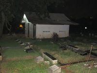 Ada satu rumah kecil di tengah-tengah kuburan Jeruk Purut. Itulah kuburan makam keramat dan juga terkenal seram. Babe Oo'k jarang mengajak wisatawan yang uji nyali ke sini (Afif/detikTravel)