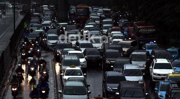 Ada Pengaspalan Jalan, Lalin TB Simatupang Arah Kp Rambutan Macet 1 Km