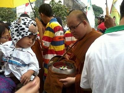 Peringati Hari Waisak, 37 Biksu Keliling Kota Tua Kumpulkan Derma