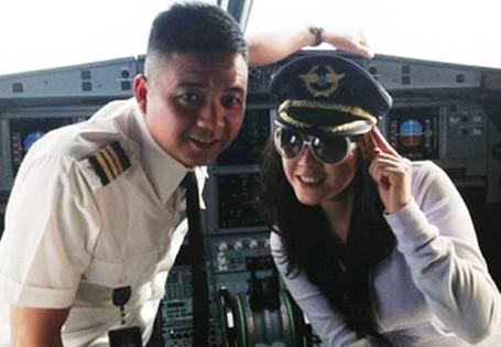 Foto Bareng Model Cantik di Kokpit Pesawat, 2 Pilot Ini Dihukum