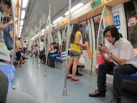 Jalan-jalan di Singapura, Enaknya Naik MRT Saja!