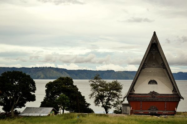 Rumah adat pinggir danau Toba