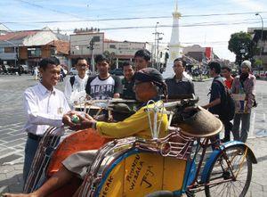Rayakan Kelulusan, Siswa di Yogya Bagi-bagi Nasi Bungkus dan Bersepeda