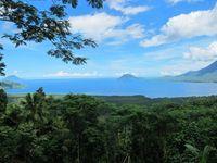 Satu lagi tempat untuk melihat birunya laut Jailolo, yaitu di Bukit Senyum Lima Ribu. Letaknya sekitar 15 menit dari pusat kota. Pemandangan laut yang tenang dengan karang-karang yang terlihat di bawah permukaan airnya terlihat jelas (Afif/detikTravel)