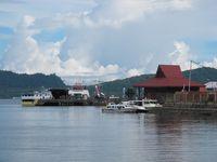 Jika mau menyelam, Anda bisa menyewa paket diving pada Gilolo Dive Center. Paketnya berkisar dari Rp 850 ribu sampai Rp 1,2 juta. Perjalanan turnya biasa dimulai dari pelabuhan kecil yang jadi tempat berlabuh boat (Afif/detikTravel)
