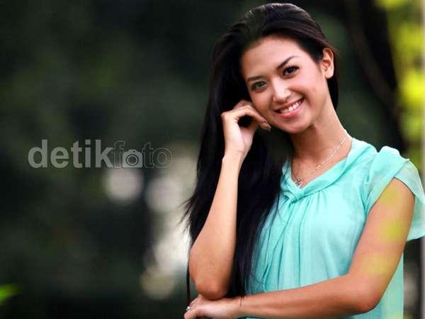Senyum Manis Sylvia Fully