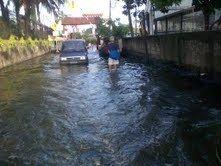 Pademangan Masih Banjir Rob, Warga Mengungsi ke Basement Maspion Plaza