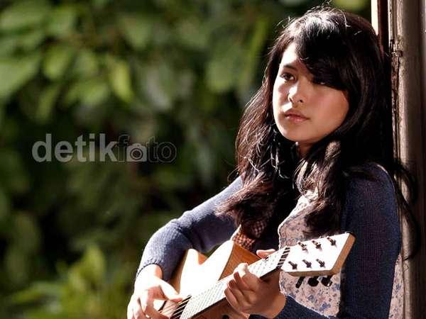 Maudy Ayunda dan Gitarnya