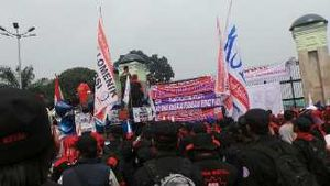 Pendemo DPR Blokir Jalan, Pengendara Mobil Putar Jalan