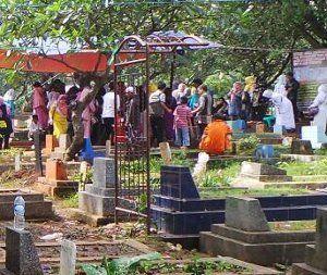 Jelang Ramadhan, Makam Uje Dipadati Peziarah