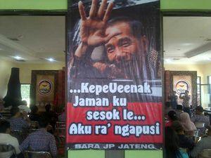 Poster di Deklarasi Relawan Jokowi: Kepenak Jamanku, Aku Ra Ngapusi
