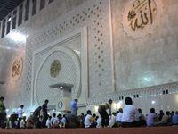 Masjid Istiqlal mampu menampung hingga 200 ribu jamaah. Bagian dalamnya sangat sejuk dan nyaman untuk beribadah. Masjid Istiqlal selalu ramai tiap harinya, olah wisatawan lokal ataupun mancanegara (Afif/detikTravel)