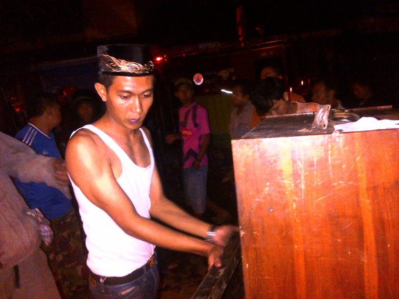 Pedagang Pasar Babadan Semarang Mengais Sisa Kebakaran