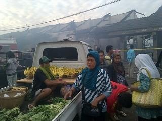 Pedagang Pasar Babadan Semarang Tetap Berjualan di Tengah Asap
