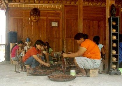 Kaum Wanita Membatik Kayu (Foto:Wendy S)