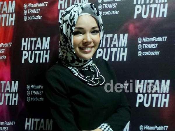 Dewi Sandra Stylish Berhijab