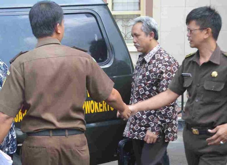 Terseret Kasus Korupsi, Rektor Unsoed Ditahan Usai Diperiksa 4 Jam