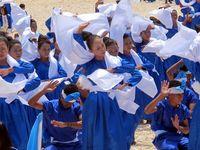 Tari Kipas. Dilakukan oleh 2.500 remaja baik putera dan puteri Buton. Tarian ini menjadi tarian sambutan saat ada tamu yang datang ke sebuah desa ataupun acara (Shafa/detikTravel)