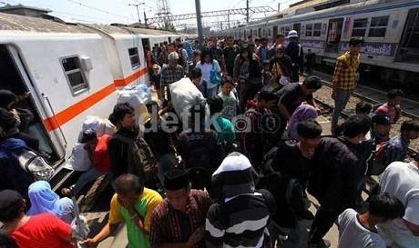 Beri \Hadiah\ Orang Naik KRL, Ongkos Parkir Stasiun Mestinya Tak Mahal