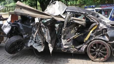 \Dililit\ Pembatas Jalan, Ini 8 Foto Dahsyatnya Kerusakan Mobil Dul
