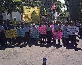 Ratusan Karyawan Pabrik Kertas Leces Demo Usung 9 Tuntutan
