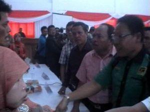 Rapat KPU Sumsel Tentukan Kemenangan Alex Noerdin Diwarnai Kericuhan