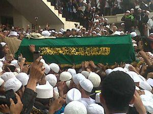 Ribuan Jamaah Berebut Angkat Jenazah Habib Munzir ke Makam