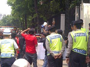 Kasus Tali Pusar, Belasan Orang Gelar Demo di Depan Kedubes Singapura