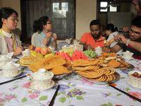 Sambutan penduduk lokal terhadap turis yang datang sangat ramah. Mereka langsung mengajak setiap turis yang datang untuk masuk ke dalam rumah dan menyuguhkan banyak makanan (Putri/detikTravel)