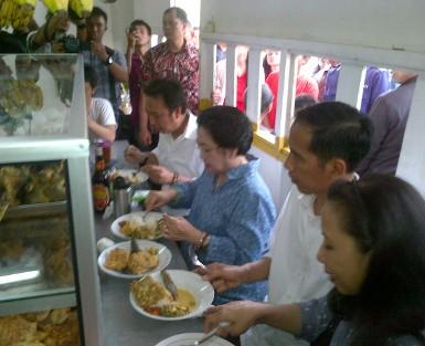 Usai Kunjungi Waduk, Mega dan Jokowi Makan di Warteg
