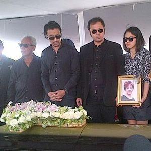 Jenazah Masuk ke Liang Lahat, Isak Tangis Keluarga Diana Nasution Pecah