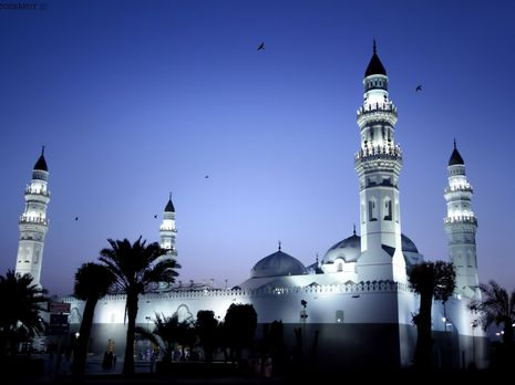 Masjid Quba yang terlihat cantik di malam har