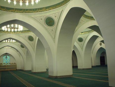 Salah satu sisi bagian dalam Masjid Qub