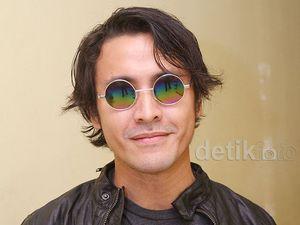 Gaya Ello dengan Kacamata John Lennon