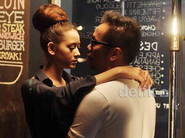 Sammy Simorangkir Mesra dengan Model di Video Klip