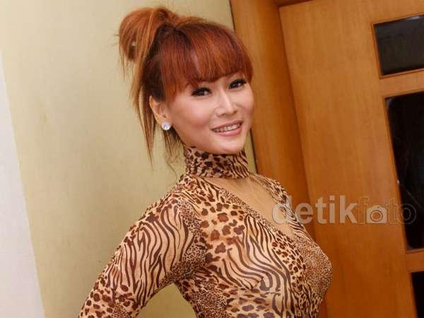Baju Leopard dan Rok Bling-bling Inul Daratista