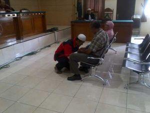 Sambil Berlutut di Persidangan, Sopir FPI Penabrak Ibu di Kendal Minta Maaf