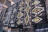 Ada pula kios yang menjual tenun, bersama dengan alat-alat keperluan rumah tangga lainnya. Tenun ini bisa digunakan sebagai sandang atau alat serbaguna untuk rumah tangga (Sastri/detikTravel)