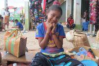 Para pedagang di pasar ini sangat ramah, baik tua maupun muda. Nona ini misalnya, langsung berpose manis begitu saya memintanya tersenyum ke arah kamera (Sastri/detikTravel)