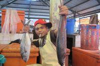Selain murah senyum, para pedagang di sini juga sangat bersahabat. Pria pedagang ikan ini langsung berpose begitu saya memotretnya (Sastri/detikTravel)