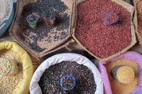 Mayoritas kios sayuran juga menjual biji-bijian dan kacang-kacangan mulai dari jagung sampai kacang merah (Sastri/detikTravel)