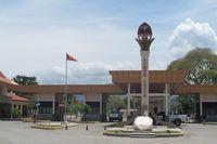 Timor Leste mewajibkan aplikasi Visa on Arrival (VoA) untuk tiap orang yang datang. Tapi di sini Anda bisa meminta polisi setempat menemani masuk ke wilayah Timor Leste, sejauh 5 Km, tanpa menggunakan paspor atau VoA (Sastri/ detikTravel)