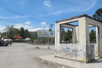 Traveler tanpa paspor yang ditemani polisi perbatasan hanya boleh memasuki wilayah Timor Leste sejauh 5 Km. Ini adalah batas terakhirnya, pertigaan jalan dengan benteng peninggalan Portugis di salah satu sisinya (Sastri/ detikTravel)